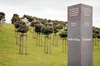 Friedenspark La Cambe, Normandie, Frankreich - Friedenspark, Park, Gedenken, Baum, Bäume, Weltkrieg, Krieg, Mahnmal, Erinnerung, Soldaten, Tote, Opfer, Frieden, Frankreich, Friedhof