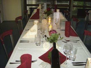 Tischdeko #3 - Tischdeko, Serviette, Weinglas, Wasserglas, Besteck, Messer, Gabel, Organza, Weinflasche, Rose, Organza, Sisalkugel, Kerzengläser, Kerzen, Dekoration, Fest, Festtafel, festlich, Feier, feiern