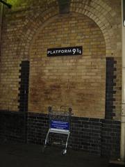 Gleis 9 3/4 - Gleis, Harry Potter, London, King's Cross, Plateform, Ziegelmauer, Torbogen, Bogen, Halbkreis, Kreis