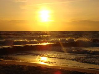 Sonnenuntergang #1 - Sonne, Sonnenuntergang, Küste, Meer, Ostsee, Wasser, Wellen, Abend, Nacht, Meditation, Erzählanlass, Kalenderbild, kitschig, beruhigend, Bune, Landbefestigung, Schreibanlass, Schaumkronen