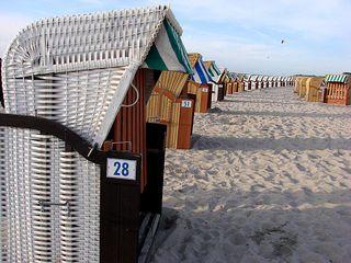 Sandstrandidylle am Abend - Abend, abends, Sand, Strand, Ruhe, Strandkorb, Reihe, Ostsee, ruhig, Erzählanlass, Schreibanlass, Kalenderbild