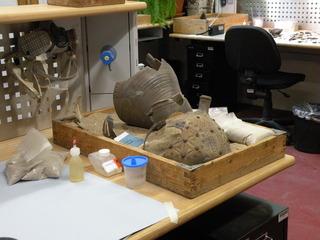 Besuch in einer Restaurierungswerkstatt #1 - Geschichte, Funde, Restaurierung, Archäologie, Archäologen, Ausgrabungen, restaurieren, Erhaltung, Kunstwerke, Keramik, Erhaltung, Museum, Arbeitsplatz