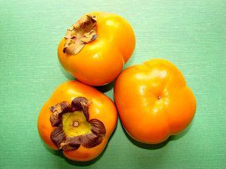 Kaki - Kaki, Honigapfel, Persimone, Sharonfrucht, Frucht, Früchte, Frucht des Zeus, orange, Ebenholzgewächs, zweikeimblättrig, Beta-Carotin, süß, drei