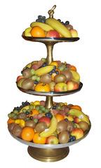 Etagere mit Obst - Obst, Etagere, bunt, gelb, blau, orange, grün, Banane, Bananen, Apfel, Äpfel, Kiwi, Kiwis, Weintrauben, Mandarine, Mandarinen, Apfelsine, Apfelsinen, Orangen, Kumquats, Birne, Lychees, drei, Schalen klein, mittel, groß, Frucht, Früchte, Lebensmittel, Dekoration, Tischdekoration Buffet