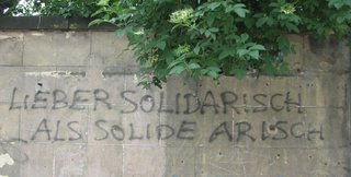 Graffiti  - Graffiti, Hauswand, Spruch, Meinung, Wortspiel, Sprayer, politisches Graffiti, Antirassismus, Politik, gegen rechts