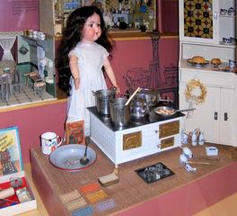 Puppenküche - Puppe, Puppen, Küche, Kinderküche, Herd, alt, Geschirr, Kochtopf, Puppenstube, spielen, Spielzeug, Spiel