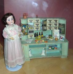 Kaufladen - Puppe, Puppen, kaufen, Kaufmannsladen, Laden, spielen, Spielzeug, Spiel, alt