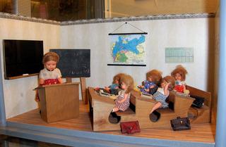 Puppenschule - Schule, Unterricht, Klasse, Klassenraum, Bank, Bänke, Lehrerin, Schüler, Puppe, Puppen, Ranzen, Tafel, Spiel, spielen, Spielzeug, Kinderspielzeug, alt