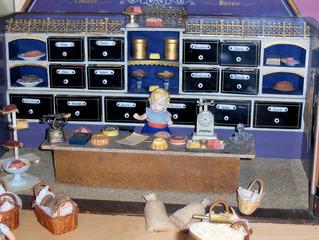 Kaufladen - Spielzeug, Spiel, spielen, Kaufmannsladen, Laden, Bäcker, Bäckerei, Verkauf, Kuchen, Brot, Brötchen, Mehl, Waage, Korb, alt