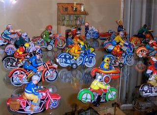 Motorräder aus Blech - Spielzeug, Spiel, spielen, Blech, Metall, bunt, Motorräder, Motorrad, Verkehr, alt