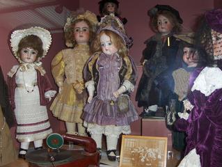 Nostalgische Puppen - Puppe, Puppen, alt, Spiel, spielen, Spielzeug, Kinderspielzeug, Grammophon, Musik, Kleid, Kleider