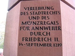 Staufer-Stele, Trifels #4 - Stele, Staufer, Trifels, Gedenkstein, oktogonaler Grundriss, Inschrift