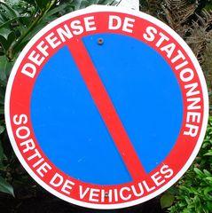 Hinweisschild in Frankreich - Hinweisschild, Halteverbot, Schild