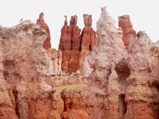 Bryce Canyon #6 - Wüste, Felsnadel, Hoodoo, Nationalpark, Naturwunder, Utah, Sandstein, Kalk, Basalt, Geologie, Gestein, Felsen, USA, Landschaft, Südwesten, Colorado-Plateau, Eisenoxid, Manganoxid, Wüstenklima, Erosion, Sediment, Farbenspiel, Formenspiel