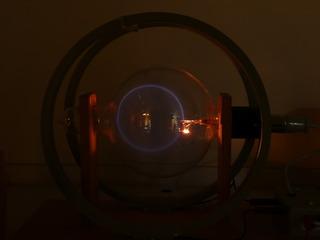 Massenbestimmung mit dem Fadenstrahlrohr #4 - Kräfte im Magnetfeld, Fadenstrahlrohr, Masse des Elektrons, spezifische Ladung, Helmholzspule, Elektronenstrahl, Ablenkung, Kreis, Lorentzkraft, Zentripetalkraft