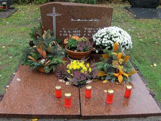 Friedhof zu Allerheiligen #1 - Grab, Gräber, Beisetzung, Beerdigung, Allerheiligen, Grabschmuck, Blumen, Kerze, Licht, Trauer, Religion, Tradition, Feiertag, Grabstein, Herbst, Ruhe, Stille