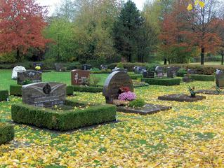 Friedhof zu Allerheiligen #4 - Grab, Gräber, Beisetzung, Friedhof, Beerdigung, Allerheiligen, Grabschmuck, Blumen, Kerze, Licht, Trauer, Religion, Tradition, Feiertag, Grabstein, Herbst, Ruhe, Stille, Tod, sterben