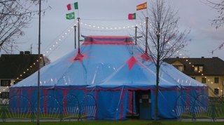Zirkuszelt #1 - Zirkuszelt, Zelt, Zirkus, Wanderzirkus, Manege frei, Spielstätte, Vorführung, Zeltdach, Rundleinwand, Abspannung, Volumen