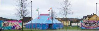 Zirkuszelt #2 - Zirkus, Zirkuszelt, Wanderzirkus, Clown, Manege frei, Spielstätte, Vorführung, Zeltdach, Rundleinwand, Abspannung, Volumen