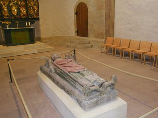 Grabplatte Bischof Bernward - Bischof Berward, Unesco, Weltkulturgut, Michaeliskirche, Grab, Grabplatte, Bischof, katholische Kirche, Kirche, Tod, Sterben, Bestattung