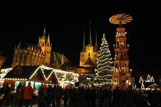 Erfurter Weihnachtsmarkt - Weihnachten, Weihnachtsmarkt, Markt, Stand, Stände, Buden, Licht, Beleuchtung, festlich, dunkel, Lichterkette, Weihnachtsbaum, Christbaum, Pyramide, Dom, Kirche, Erfurt, Thüringen