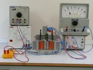 Aufbau zur Messung der Hallspannung - Hallspannung, Halleffekt, Hallsonde, Spannung, Magnetisches Feld, Elektrisches Feld, Driftgeschwindigkeit, Elektronen, Spule, Eisenkern