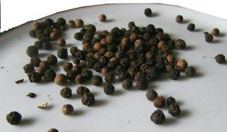 Pfeffer - Pfeffer, schwarzer Pfeffer, Pfefferkörner, Gewürz, Asien, Pfeffergeächs, Frucht, Trocknung