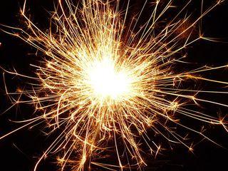 Wunderkerze - Wunderkerze, Funken, brennen, leuchten, anzünden, sprühen, Silvester, Neujahr, Jahreswechsel, Licht, Sternchenfeuer, Sprühkerze, Spritzkerze, Sternspritzer, Sternwerfer, Sternspucker, Sternsprüher, Sternensprüher, Sternenspritzer, pyrotechnische Gegenstände, koordinierte Zündung, Zündung, Pyrotechnik