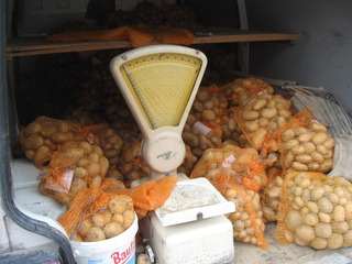 Kartoffelverkauf - Kartoffeln, Waage, verpackt, wiegen, verkaufen, Verkauf, einkaufen, Nahrungsmittel, Grundnahrungsmittel