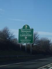 Welcome to the City of Newport Schild - Wales, Newport, 2 Sprachen, Schild, Hinweisschild