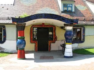 Eingang ins Pfarrhaus der Hundertwasserkirche - Hundertwasser, Bärnbach, Eingang, Säule, Tor, Tür, Vordach