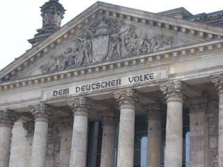 Giebel am Westportal des Reichstagsgebäudes - Reichstag, Reichstagsgebäude, Parlament, Regierungssitz, Deutscher Bundestag, Bundesrepublik Deutschland, Berlin, Regierung, Politik, Portal, Giebel