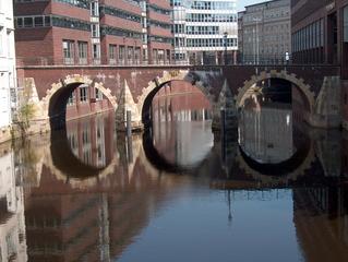 Wasserspiegelung - Brücke - Spiegelung, Brücke, Hamburg, Speicherstadt, Wasser, Bögen