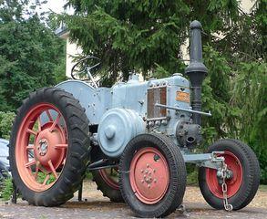 Traktor #2 - Landwirtschaft, Bauer, Feld bestellen, Oldtimer, Traktor, alt, Schreibanlass, Zugmaschine, Schlepper, Ackerschlepper, Trecker, Bulldog, Feldarbeit, Kreis, Umfang, Umdrehung