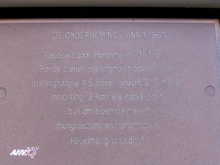 """Hinweisschild an der Holländermühle """"De Onderneming"""" von 1860 in Wissenkerke, Zeeland/NL  - Mühle, Holländermühle, Galeriemühle, Schild, Hinweis, Hinweisschild"""