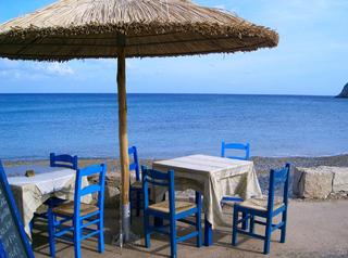 Griechische Idylle in kalten Farben - Kalte Farben, Stillleben, Griechenland, Strand, Stuhl, Sonnenschirm, Wasser, Weite, Meer