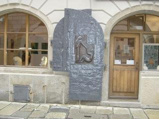 Tür mit Figuren - Tür, Haustür, Eingangstür, Eisen, gehämmert, Figuren, gerundet