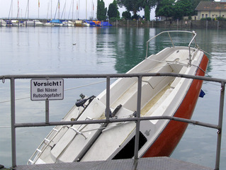 Dumm gelaufen - Boot, Leck, sinken, gesunken, Wasser, Unfall, Hafen, Pech, Schild, lustig, Schreibanlass