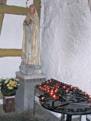 Seitenkapelle mit Madonna und Opferlichtern - Marienkapelle, Kirche, Kapelle, Madonna, Maria, katholisch, Opferlicht, Opferlichtständer, Opferkerzen, Kerzen, Kerze, Licht