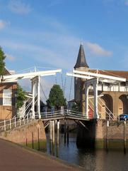 Doppelte Ziehbrücke in Zierikzee/Südholland - Ziehbrücke, Zugbrücke, Hebel, Gewicht, Gegengewicht, Kraft, zwei, doppelt, Niederlande, Holland, Hafen, Einfahrt, Wasser
