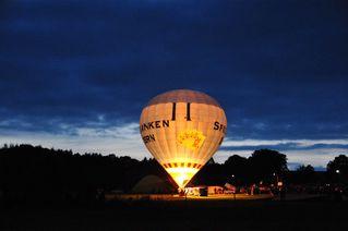 Ballonglühen - fahren, glühen, Feuer, Licht, Abend, Ballon, Heißluftballon, Auftrieb, Wärmeströmung, Wärmelehre, bunt, schweben, fahren, Physik, Gas, Ballonkorb, Luft