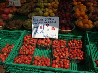 At the market #3 - straws, strawberry, market, fruit, vegetable, market stand, Markt, Verkaufsstand, einkaufen, Obst