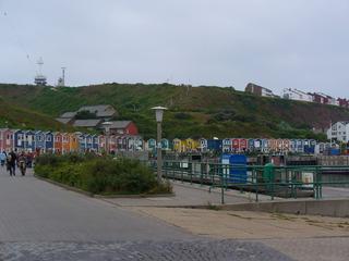 Ankunft im Hafen - Hafen, Helgoland, Hochseeinsel, Katamaranfaehre, Häuser farbenfroh, bunt