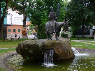 Oberammergau - Oberammergau, Bayern, Festspiele, Passion, Denkmal, Jesus auf einem Esel, Einzug in Jerusalem am Palmsonntag, Festspielhaus im Hintergrund