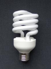 Energiesparlampe #4 - Energiesparlampe, Birne, Leuchte, Strom, Licht, Energie, sparen, Spiralform, Spirale, Elektrizität, Lichtquelle, Beleuchtung, Schraubsockel, Glaskolben, elektrischer Leiter, thermische Strahlung, Wärmeleitung, Stromkreis, Physik, Glas