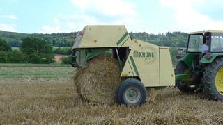 Landmaschine #2 - Stroh, Ernte, Weide, Erntezeit, Stroh, getrocknet, Stängel, Strohballen, ausgedroschen