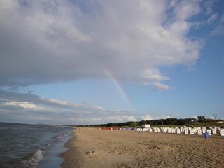 Regenbogen - Wetterphänomen, Regenbogen, Regen, Spektralfarben, Kreisbogen, Farbe, Optik, Brechung, Lichtbrechung, Reflexion, Wetter, Farbzerlegung, Wettererscheinung, Strand, Ostsee, Regenwolken