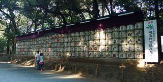 Sake-Fässer - Meiji, Meiji-jingu, Sake, Reiswein, alkoholisches Getränk, Aperitif, Digestif, japanische Küche, verfeinern, Ritual, Weihegabe