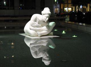 Brunnenskulptur - Skulptur, Steinfigur, Plastik, Akt, weiblicher Akt, Spiegelung, Spiegelbild