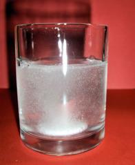 Sprudeltablette #2 - Sprudeltablette, Tablette, Sprudel, sprudeln, Sauerstoff, auflösen, Medikament, Medizin, krank, gesund, trinken, Kopfschmerzen, Vitamine, Wasser, Glas